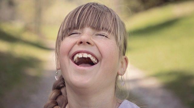 子供 女性 笑顔 笑う スマイル